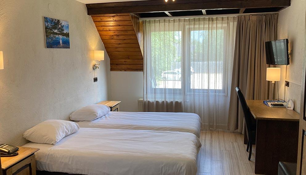 das komfortable dreibettzimmer ist ausgestattet mit bad wcbadewanne oder dusche fhn telefon tv schreibtisch und wifi - Badewanne Mit Dusche Preis 2